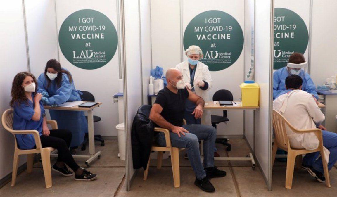 Pfizer y Moderna anunciaron que la variante sudafricana redujo la eficacia de sus vacunas