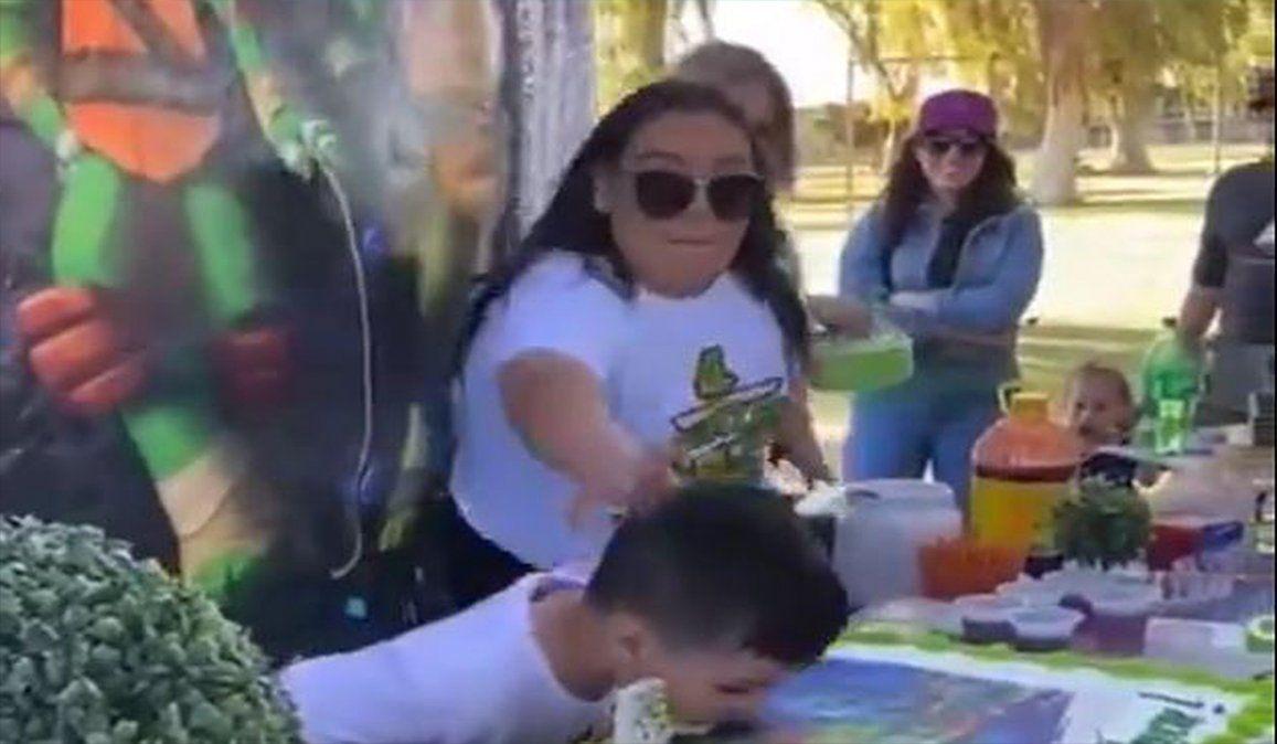 Niño desata su furia contra su tía por empujar su cara en la torta