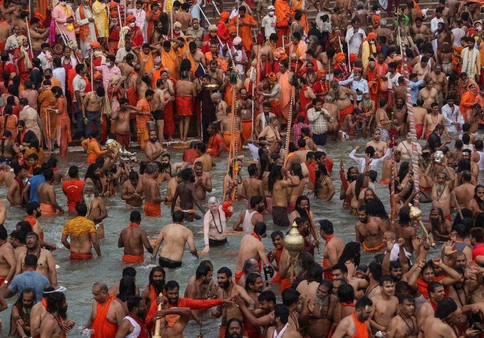 Miles de hindúes en el baño ritual en el río Ganges, a pesar de la pandemia