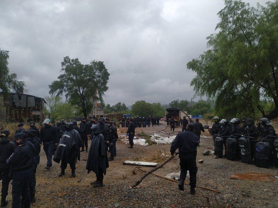 30 personas fueron desalojadas, una vez más de barrio Bárcena
