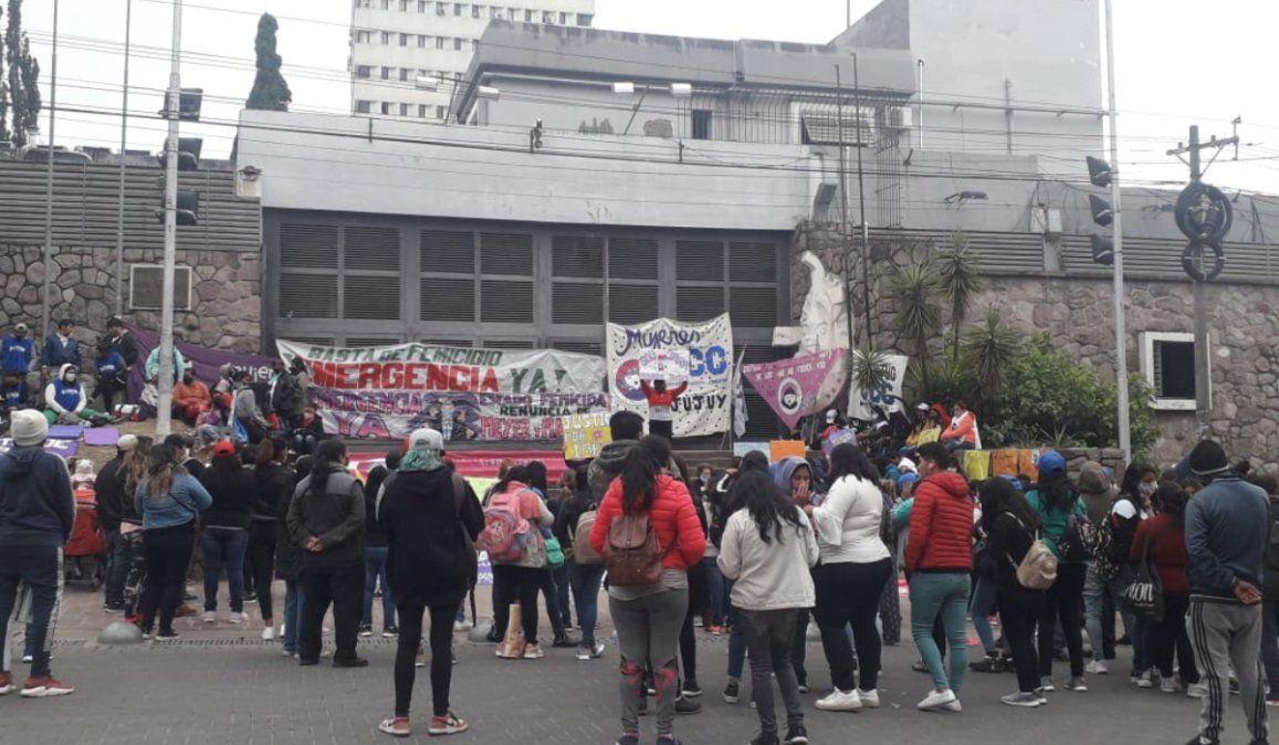 Violencia de género: Vigilia afuera de la Legislatura por el tratamiento de la emergencia