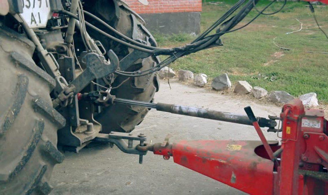 Tragedia en una finca: enganchó su ropa con una parte del tractor y murió
