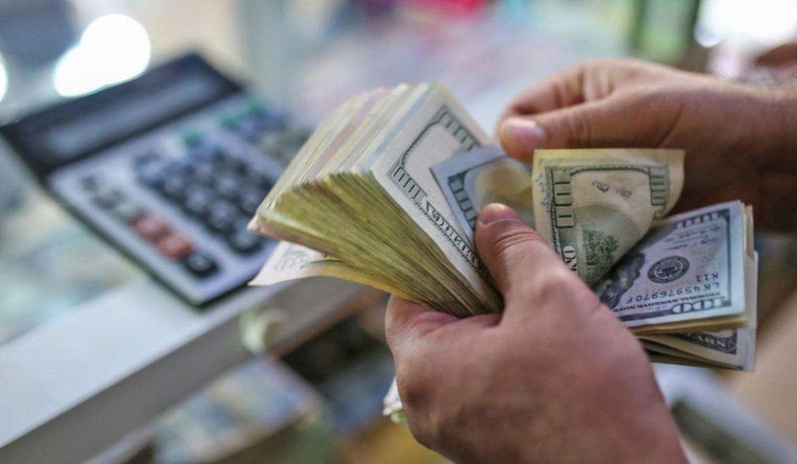 Súper cepo: empleados de empresas que recibieron ATP no podrán comprar dólar ahorro