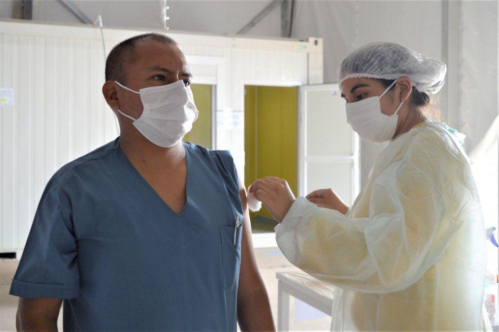 Ya se vacunaron más de 3.200 trabajadores de salud jujeños y la campaña sigue en el interior