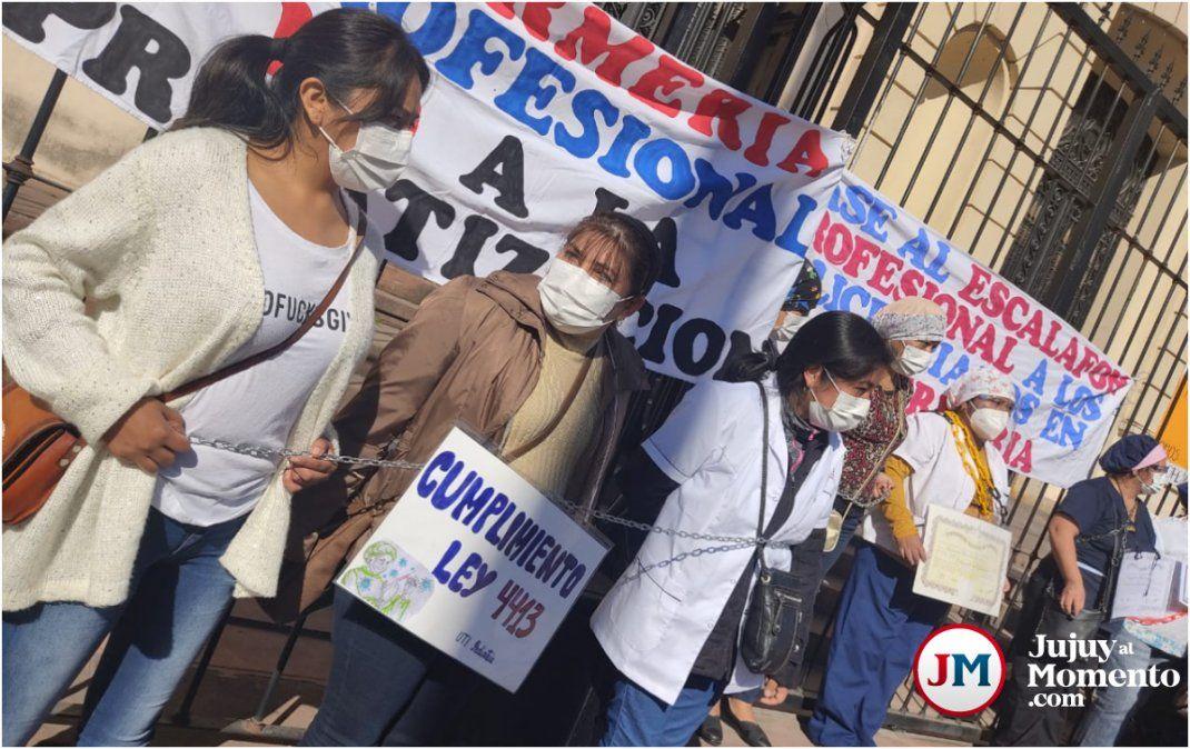 Enfermeras encadenadas en otra jornada de protesta del personal de salud