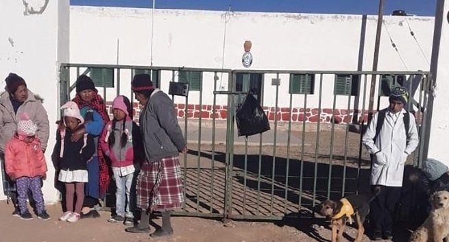 Padres de alumnos tomaron una escuela