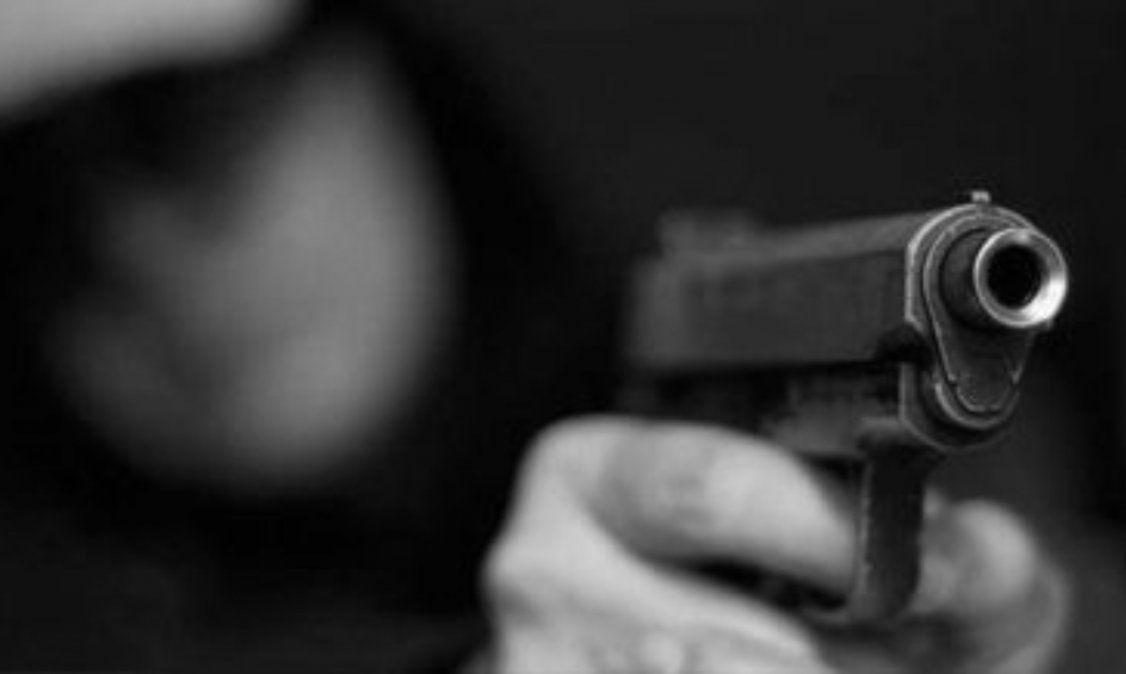 Con arma de fuego, delincuente le apuntó a un policía en plena calle