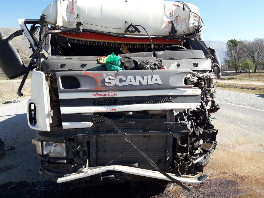 Fuerte choque entre dos camiones de gran porte