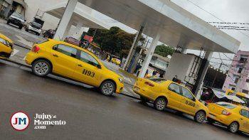 Sigue el malestar de los taxistas: bloquearon las estaciones de servicio