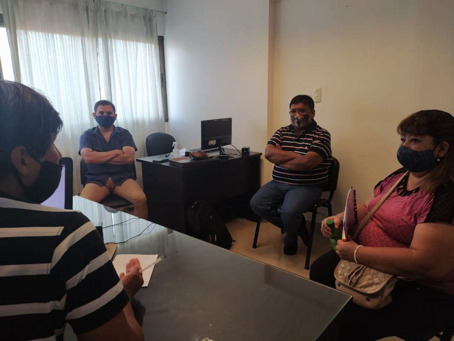 Maestros molestos por un decreto se reunieron con diputados