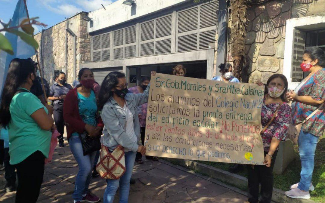 Padres del Colegio N°2 marchan por condiciones más dignas
