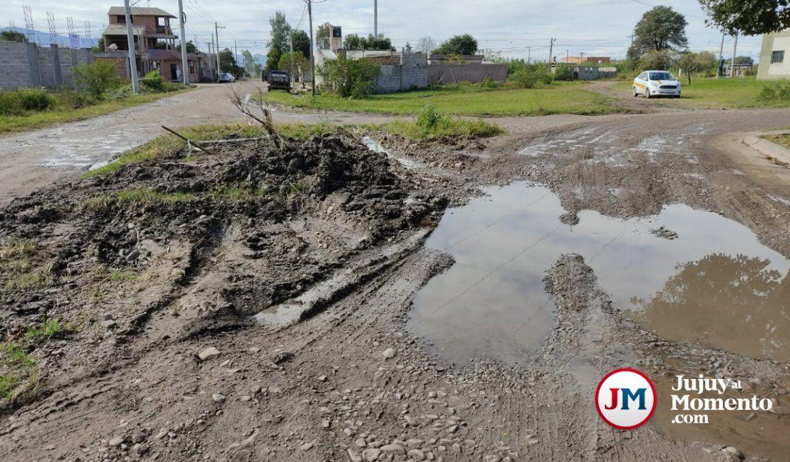 Agua Potable repara a medias una cañería e inunda un barrio