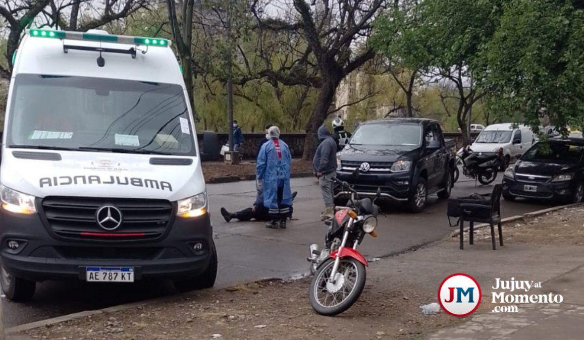 Choque entre una camioneta y una moto en calle Hipólito Yrigoyen