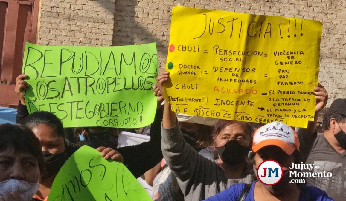 Ambulantes reclamaban la libertad del abogado Huespe y fueron intimados