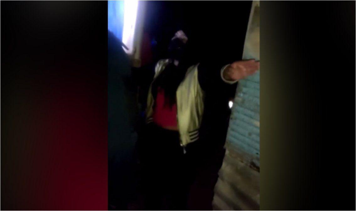 Jóvenes prepotentes con la policía en una fiesta clandestina en Tilcara