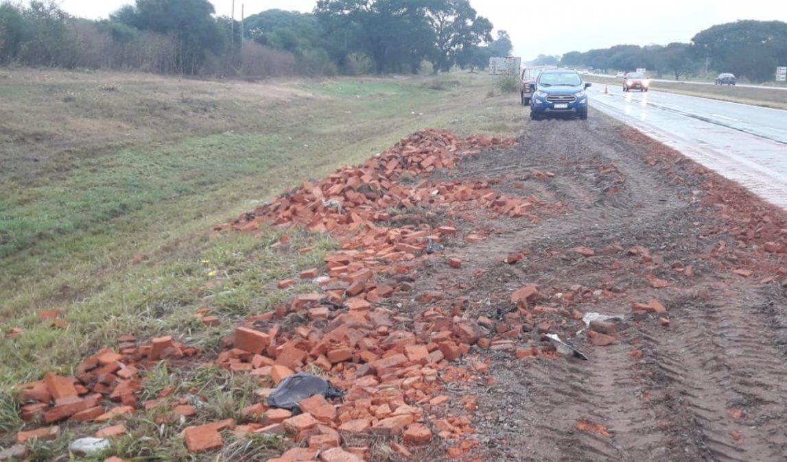 Despejaron los ladrillos de la ruta, tras el choque de dos camiones