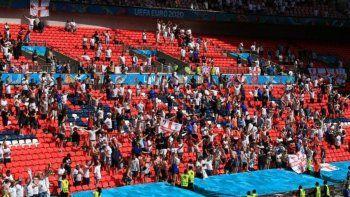 Más drama en la Eurocopa: un hincha cayó de una tribuna en Wembley y está grave