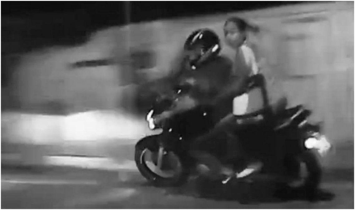 En moto robada, realizaban maniobras peligrosas y llevaban arma blanca