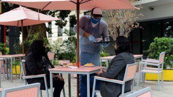 Autorizan a los gastronómicos a colocar mesas al aire libre