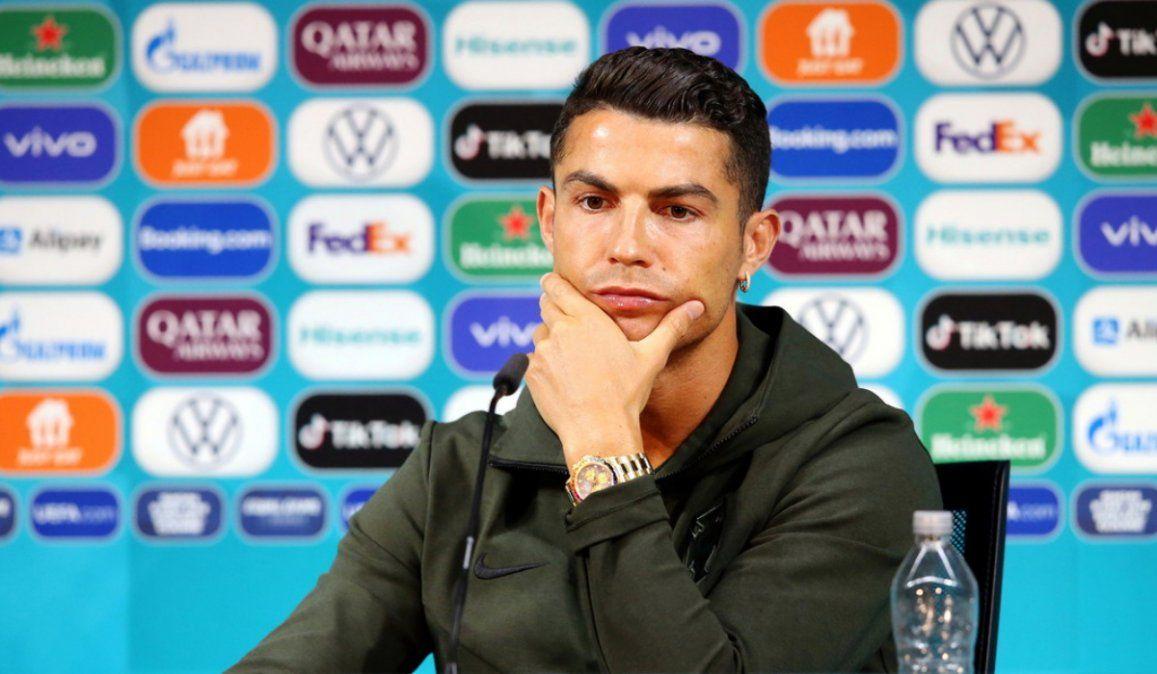 ¡Beban agua!: Cristiano Ronaldo retira dos botellas de Coca-Cola y las cambia por una de agua