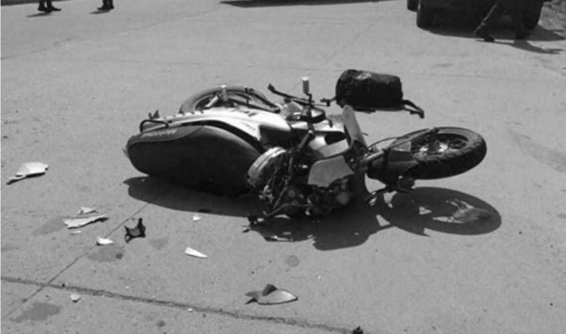 Motociclista chocó contra un cartel y murió