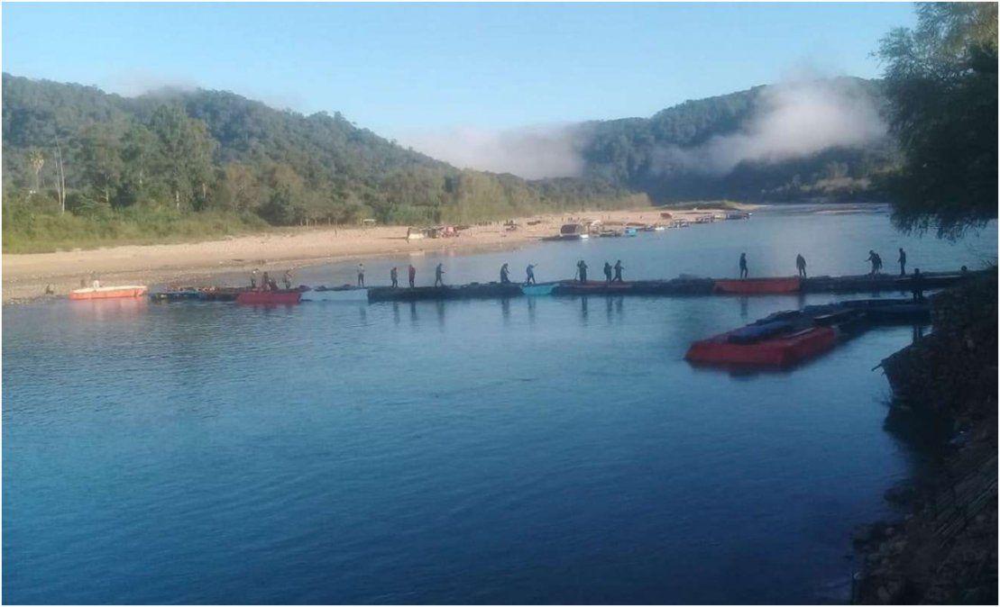 Insólito: con un puente de gomones cruzan ilegalmente por el Río Bermejo