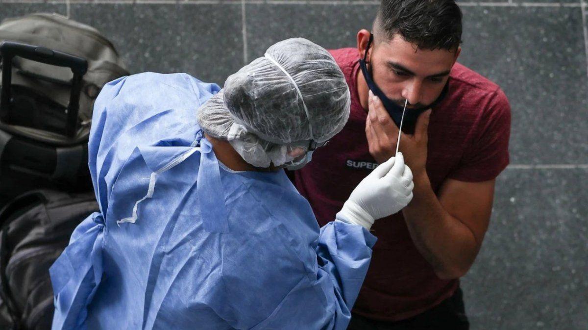 Confirmaron 8.606 casos nuevos en el país, la cifra más baja desde marzo