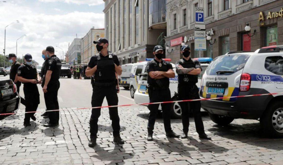 Un hombre amenaza con hacer estallar una bomba en un banco de Kiev