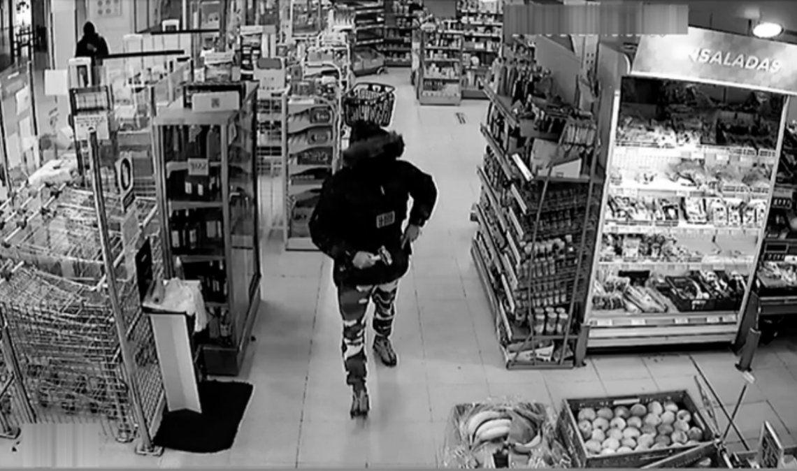 Detuvieron a dos mujeres robándose ropa de niños en un conocido supermercado