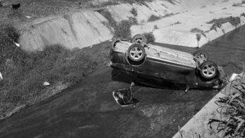 Encuentran a un hombre sin vida dentro de un auto volcado en un canal