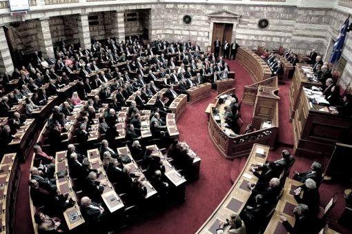 El Parlamento griego vota duros ajustes
