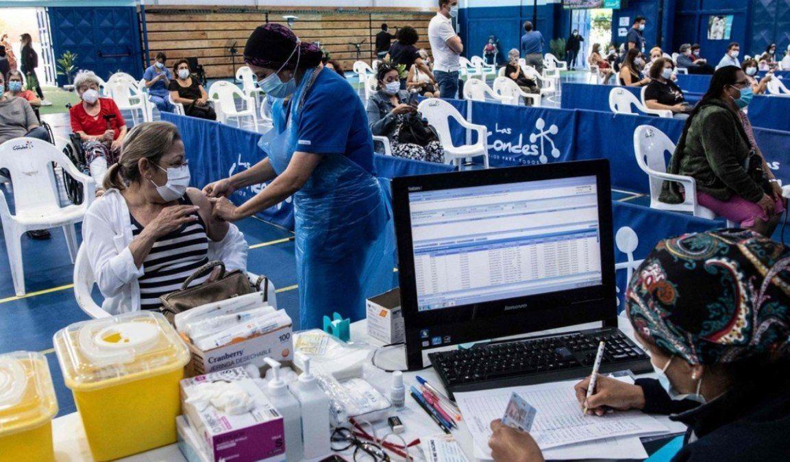 Chile ya vacuna a los maestros y se prepara para iniciar las clases en marzo