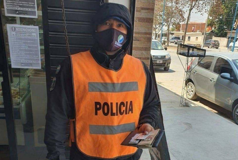 Policía encontró una billetera con dinero y documentos, buscó al dueño y se la devolvió