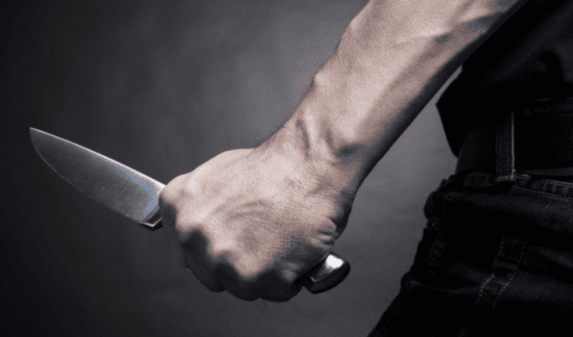 Sacado y violento: Un hombre amenazaba a su familia a punta de cuchillo