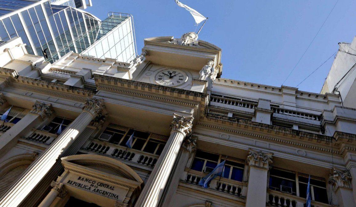 El Banco Central evalúa reabrir el clearing bancario para que las empresas puedan pagar sueldos