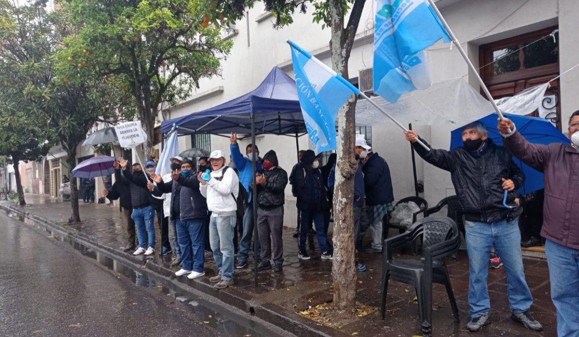 Ex Banco de Desarrollo: Un reclamo bajo la lluvia e irregularidades puertas adentro