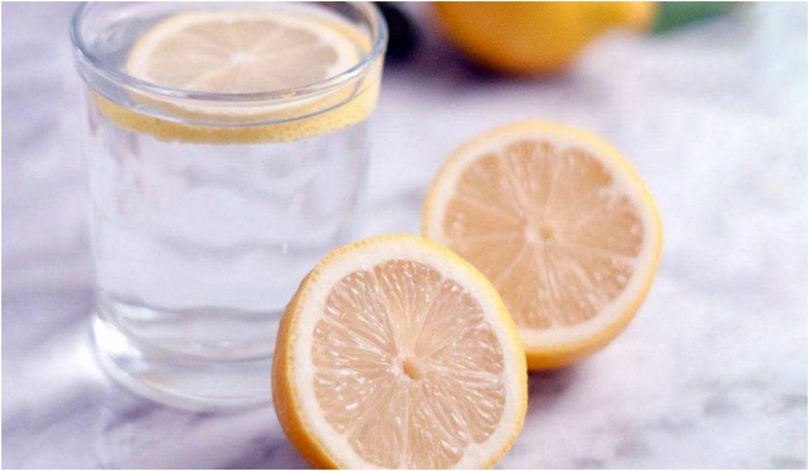 Tomar agua con limón antes del desayuno y el mito para adelgazar
