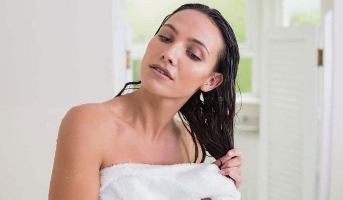 ¿Por qué hace mal irse a dormir con el pelo mojado?
