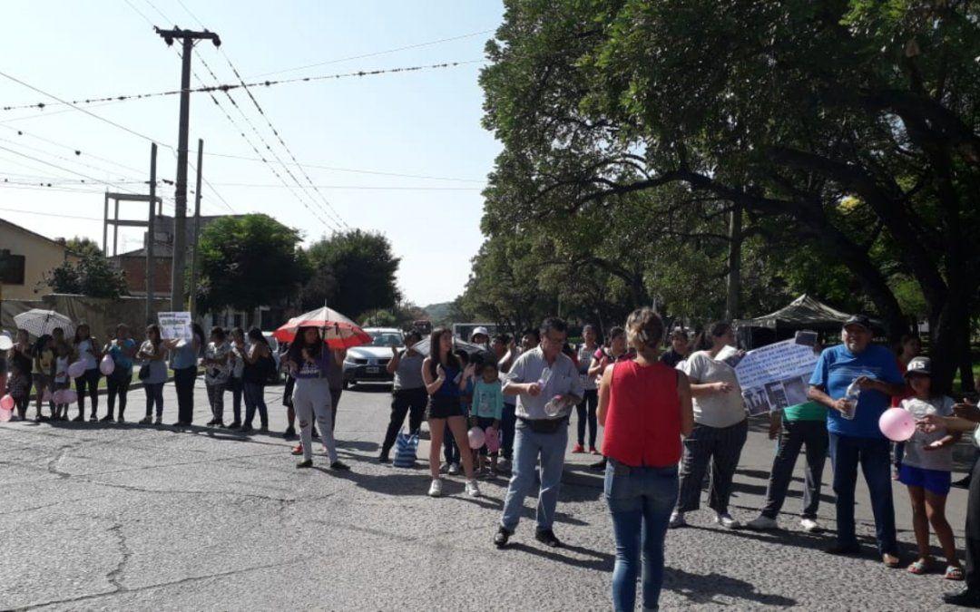 Padres de alumnos de la escuela Santa Rosa de Lima realizaron un corte pidiendo la reactivación de la obra