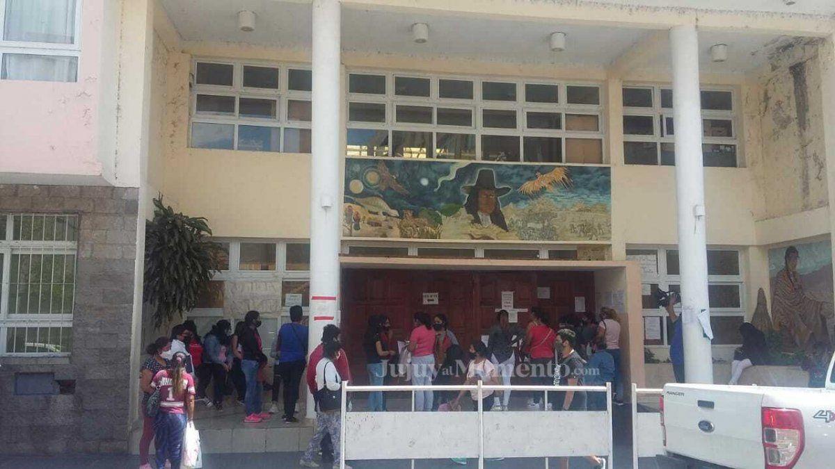 La nueva modalidad de inscripción generó un caos en la Escuela Olga Aredez