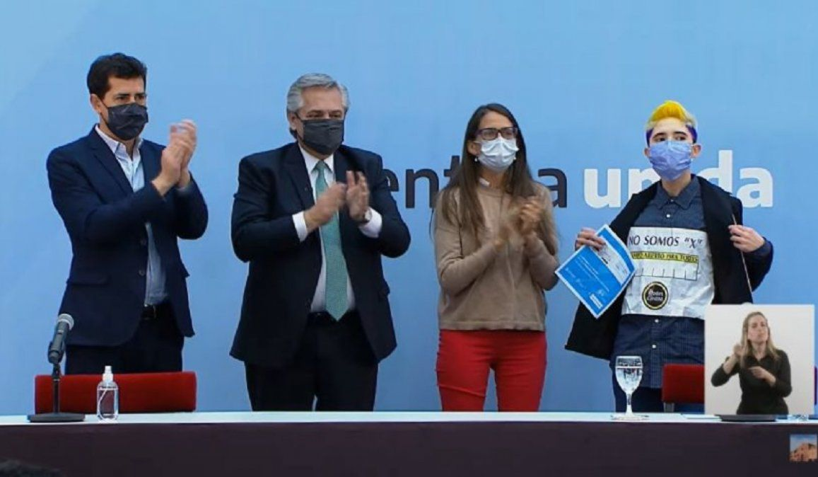 No somos una X: el reclamo que descolocó a Alberto Fernández por el DNI no binario